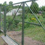 Фото готовых распашных ворот из сетки рабицы