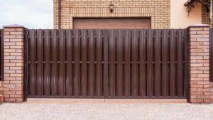 Фото готовых ворот и калитки из металлического штакетника с двухсторонним заполнением