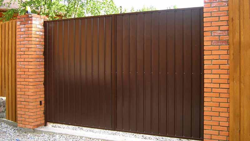 Фото готовых распашных ворот из металлопрофиля