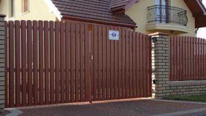 Распашные ворота из металлического штакетника с односторонним заполнением