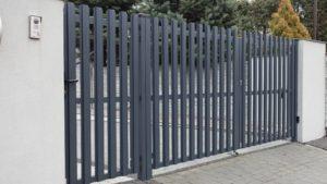 Фото готовых распашных ворот из евроштакетника