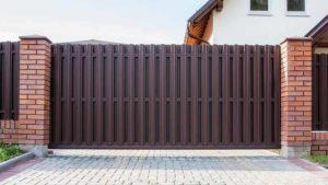 Откатные ворота из металлического штакетника с двухсторонним заполнением