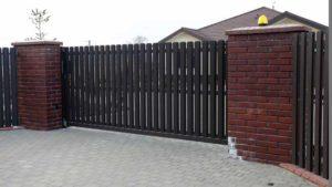 Ворота откатные с односторонним заполнением евроштакетником