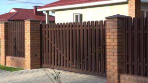 Двухсторонняя зашивка металлическим штакетником откатных ворот