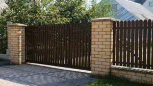 Фото откатных ворот из евроштакетника с односторонним заполнением