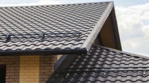 Фото крыши частного дома из металлочерепицы Кредо Гранд Лайн