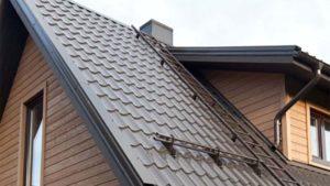 Темно-коричневая крыша, покрытая металлочерепицей Руукки Монтеррей