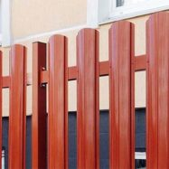 Забор из штакетника классик фото