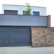 Горизонтальный серый забор-жалюзи