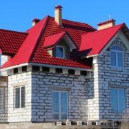 Крыша красного цвета из модульной металлочерепицы Армано