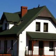 Дом с кровлей из черепицы Dona цвет РАЛ 6020