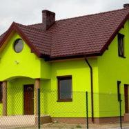 Дом с крышей из металлической металлочерепицы Афродита цвет рал 8017