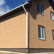 Отделка фасадными панелями Docke Berg под кирпич цвет золотистый